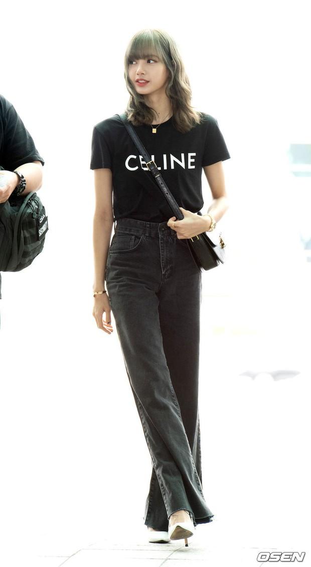 Em gái quốc tế Lisa (BLACKPINK) lại khiến sân bay náo loạn: Mặc tối giản mà xinh như búp bê sống, khí chất miễn bàn - Ảnh 4.