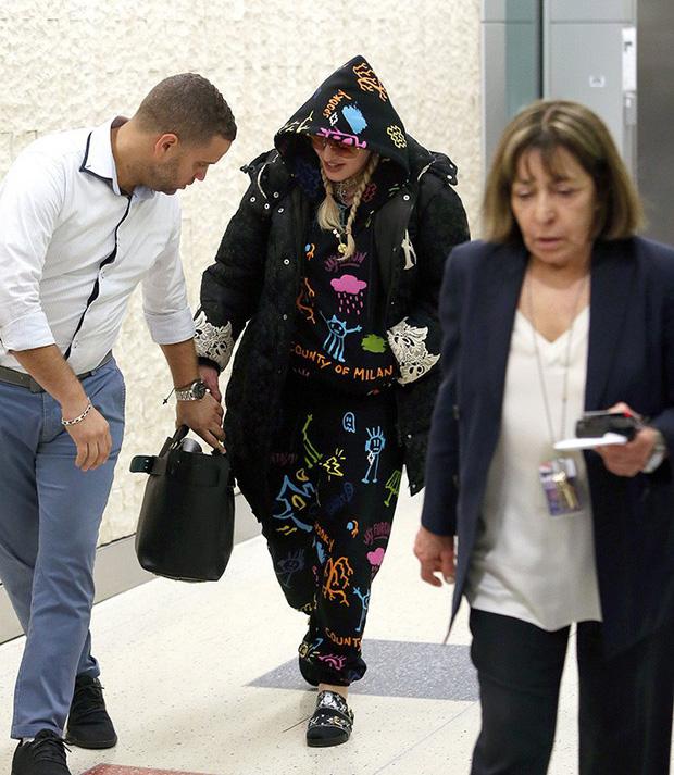 Đã bỏ tiền ra mua đồ để mặc thì chớ, Madonna còn bị chính NTK chửi là cái toilet di động - Ảnh 1.