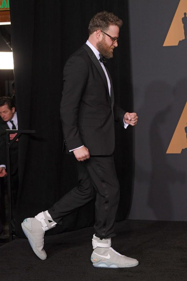 Mang đôi Sneaker giá hơn 2,2 tỷ đến dự lễ tốt nghiệp, nam sinh khiến thầy hiệu trưởng bối rối, nhìn không chớp mắt - Ảnh 2.