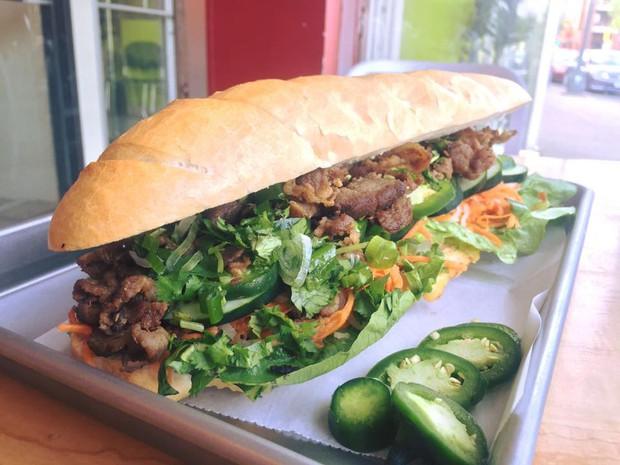 Ở Mỹ, mọi món ăn đều có phiên bản siêu toa khổng lồ và bánh mì Việt Nam cũng không ngoại lệ - Ảnh 2.