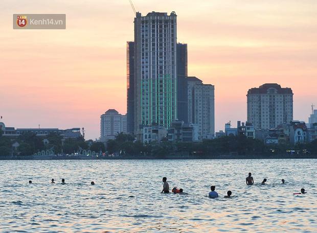 Ảnh: Người dân Thủ Đô đổ về công viên nước Hồ Tây giải nhiệt ngày nắng nóng đỉnh điểm - Ảnh 6.