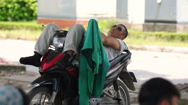 Clip mưu sinh trên đường Hà Nội vào một ngày nắng nóng: Anh thợ xây gồng mình kéo thép, chị bán hàng rong đi mãi vẫn ế ẩm - Ảnh 5.