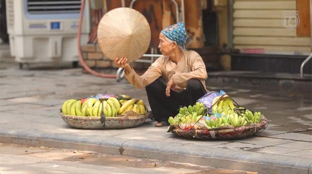 Clip mưu sinh trên đường Hà Nội vào một ngày nắng nóng: Anh thợ xây gồng mình kéo thép, chị bán hàng rong đi mãi vẫn ế ẩm - Ảnh 7.