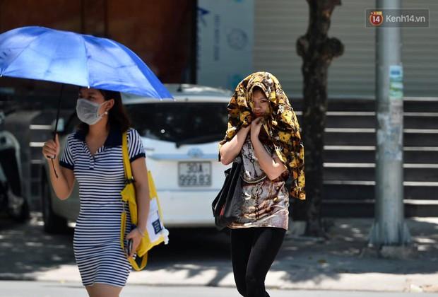 Ảnh: Người dân Thủ đô vật vã chống chọi với nắng nóng kinh hoàng trên 40 độ C, khăn mặt ướt trùm đầu trở thành vật cứu cánh - Ảnh 13.