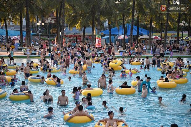 Ảnh: Người dân Thủ Đô đổ về công viên nước Hồ Tây giải nhiệt ngày nắng nóng đỉnh điểm - Ảnh 1.