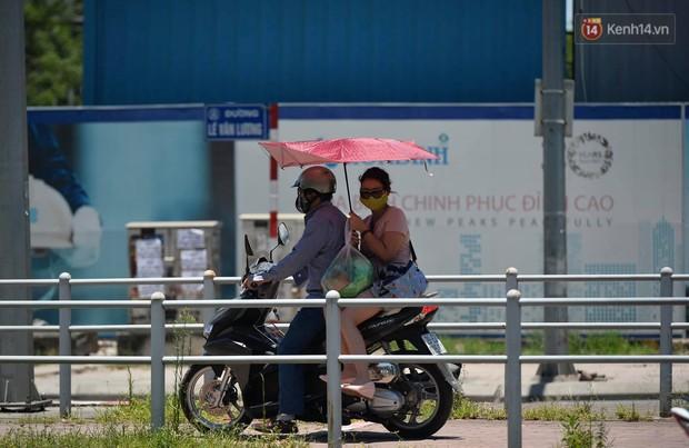 Ảnh: Người dân Thủ đô vật vã chống chọi với nắng nóng kinh hoàng trên 40 độ C, khăn mặt ướt trùm đầu trở thành vật cứu cánh - Ảnh 15.