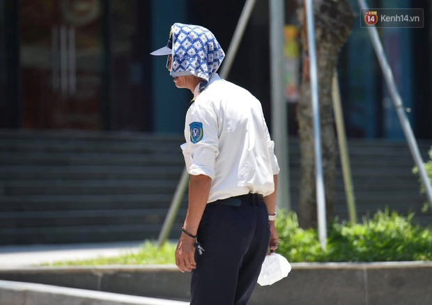 Ảnh: Người dân Thủ đô vật vã chống chọi với nắng nóng kinh hoàng trên 40 độ C, khăn mặt ướt trùm đầu trở thành vật cứu cánh - Ảnh 6.
