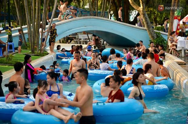 Ảnh: Người dân Thủ Đô đổ về công viên nước Hồ Tây giải nhiệt ngày nắng nóng đỉnh điểm - Ảnh 2.