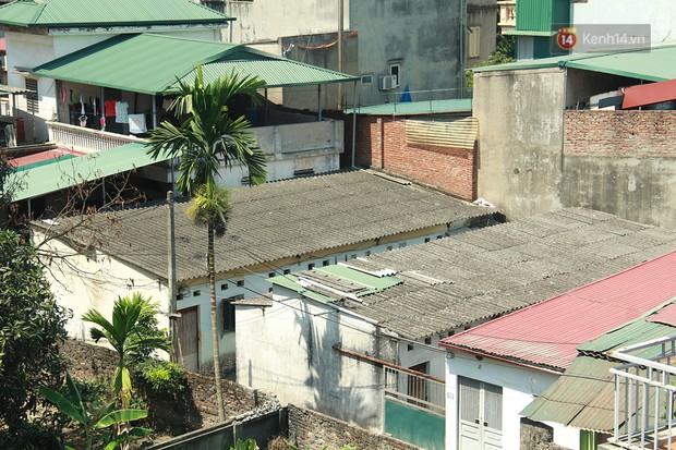 Dân xóm nghèo oằn mình trong những căn phòng trọ lợp mái tôn gần 50 độ C giữa lòng Hà Nội: Cái nóng hầm hập như muốn luộc chín người - Ảnh 1.