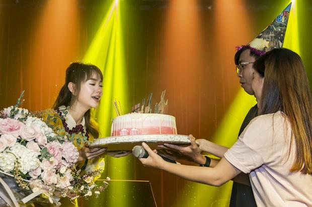 Hội fan cứng 10 năm đột kích, tổ chức sinh nhật bất ngờ khiến Minh Hằng khóc nức nở - Ảnh 7.