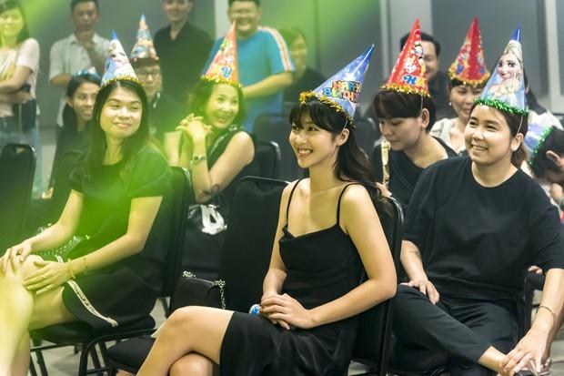 Hội fan cứng 10 năm đột kích, tổ chức sinh nhật bất ngờ khiến Minh Hằng khóc nức nở - Ảnh 10.
