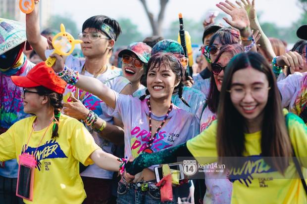 Color Me Run 2019: Hàng nghìn người đổ xuống khắp mọi nẻo đường, quẩy tưng bừng trong sự kiện lớn nhất năm - Ảnh 4.