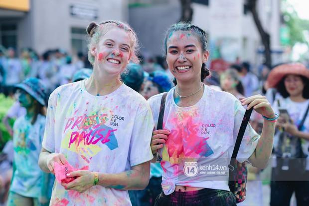 Color Me Run 2019: Hàng nghìn người đổ xuống khắp mọi nẻo đường, quẩy tưng bừng trong sự kiện lớn nhất năm - Ảnh 6.
