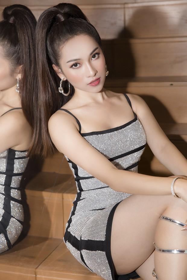 Bà xã Dương Khắc Linh diện đầm bó sát, pose dáng đủ các góc đập tan nghi vấn mang thai - Ảnh 4.