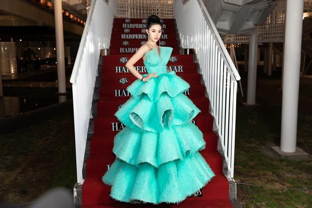 Thảm đỏ lố nhất Việt Nam: Nếu Phương Khánh là đóa hoa thì Jolie Nguyễn chính là giấy gói quà, riêng Nam Em quên... mặc quần - Ảnh 4.