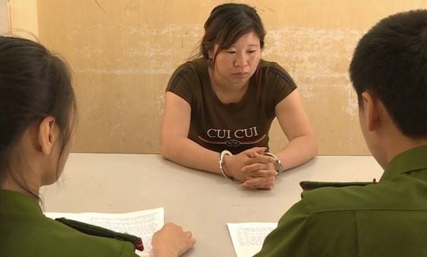 Bắt quý bà dụ dỗ lừa cô gái trẻ khó khăn sang Trung Quốc bán - Ảnh 1.