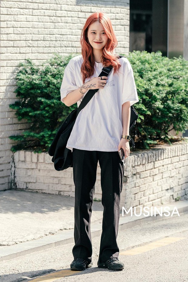 Street style giới trẻ Hàn: chẳng màng lồng lộn, các cô nàng chất chơi chứng minh mùa hè cứ lên đồ thật thoải mái là best - Ảnh 1.