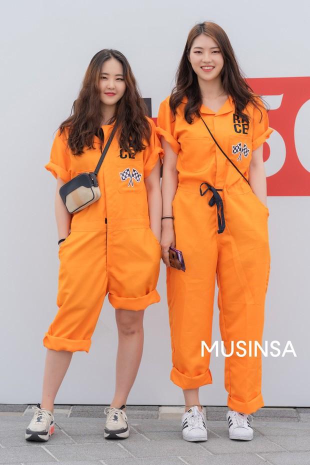 Street style giới trẻ Hàn: chẳng màng lồng lộn, các cô nàng chất chơi chứng minh mùa hè cứ lên đồ thật thoải mái là best - Ảnh 5.