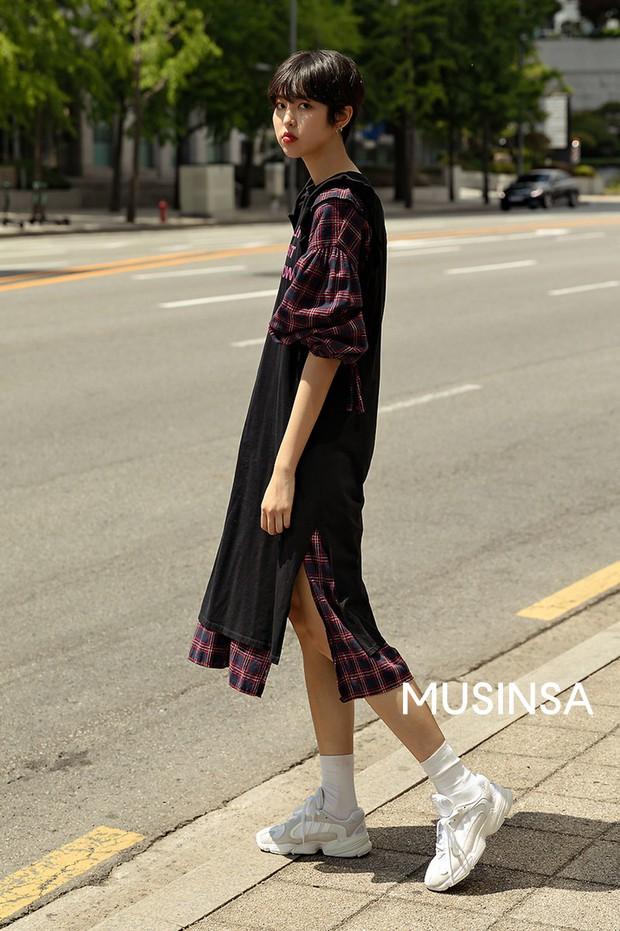 Street style giới trẻ Hàn: chẳng màng lồng lộn, các cô nàng chất chơi chứng minh mùa hè cứ lên đồ thật thoải mái là best - Ảnh 6.