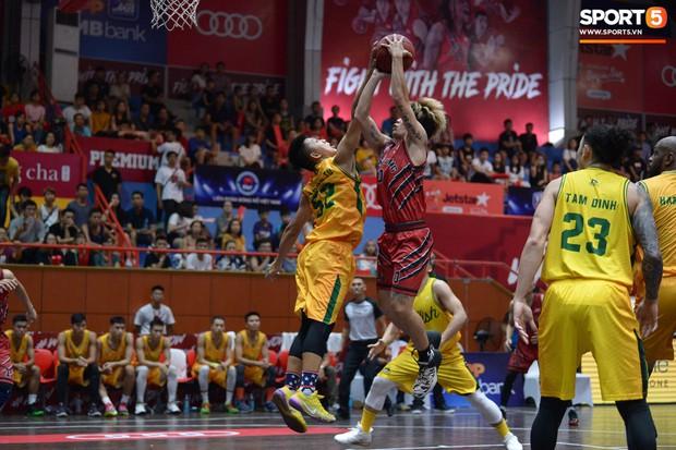 V.League tạm nghỉ, Đức Chinh tới sân bóng rổ giải khuây - Ảnh 5.
