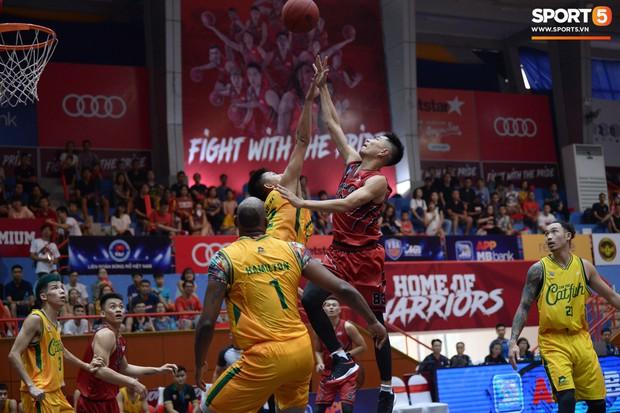 V.League tạm nghỉ, Đức Chinh tới sân bóng rổ giải khuây - Ảnh 6.