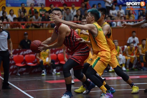 V.League tạm nghỉ, Đức Chinh tới sân bóng rổ giải khuây - Ảnh 4.
