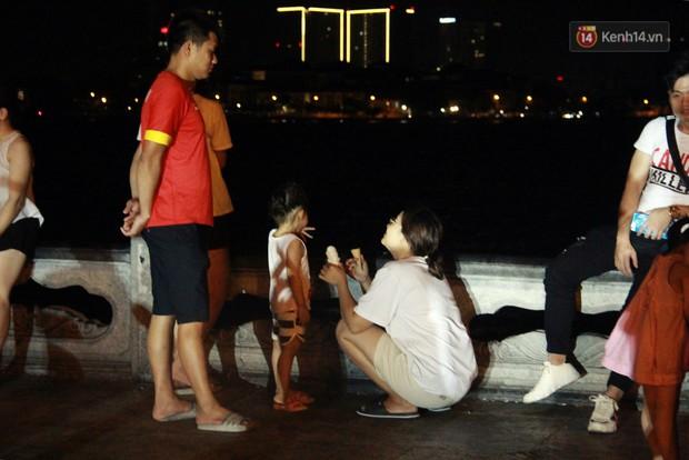 Nắng nóng sắp chấm dứt, người Hà Nội rủ nhau ra Hồ Tây hóng mát trong đêm và mong chờ mưa rào giải nhiệt - Ảnh 8.