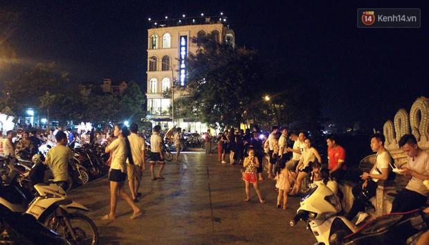 Nắng nóng sắp chấm dứt, người Hà Nội rủ nhau ra Hồ Tây hóng mát trong đêm và mong chờ mưa rào giải nhiệt - Ảnh 11.