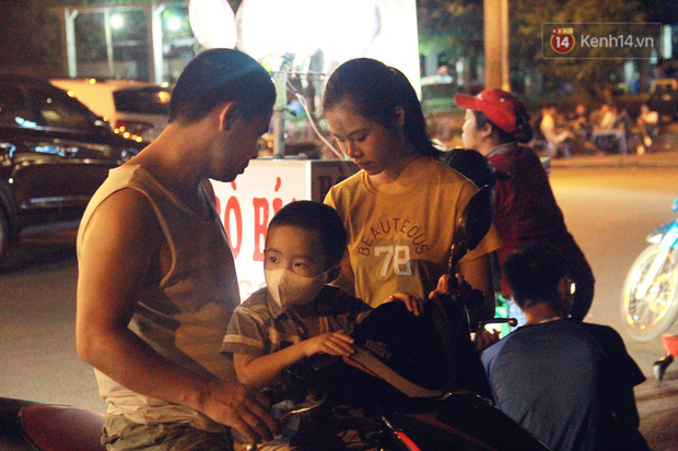 Nắng nóng sắp chấm dứt, người Hà Nội rủ nhau ra Hồ Tây hóng mát trong đêm và mong chờ mưa rào giải nhiệt - Ảnh 6.