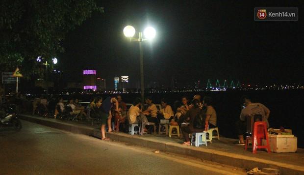 Nắng nóng sắp chấm dứt, người Hà Nội rủ nhau ra Hồ Tây hóng mát trong đêm và mong chờ mưa rào giải nhiệt - Ảnh 7.