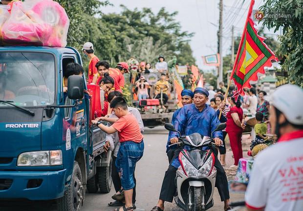 Vui hết nấc trong lễ hội Kỳ Yên ở An Giang: Người lớn trẻ nhỏ bôi lọ nghẹ khắp người, hóa thân thành... mọi - Ảnh 1.