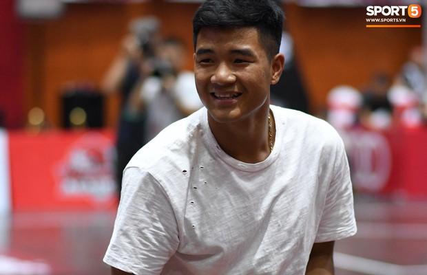 V.League tạm nghỉ, Đức Chinh tới sân bóng rổ giải khuây - Ảnh 2.