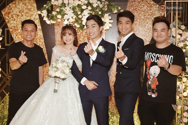 """Bố Cris Phan bật khóc trong đám cưới con trai, không quên hô to """"Thả tim đi"""" - Ảnh 17."""
