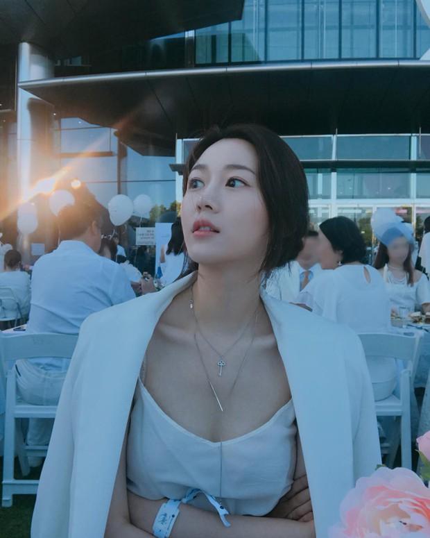Con gái thứ 2 nhà Mama Chuê bỗng nổi như cồn nhờ loạt ảnh khoe vòng 1 quá xinh, soi Instagram còn ngỡ ngàng hơn - Ảnh 12.