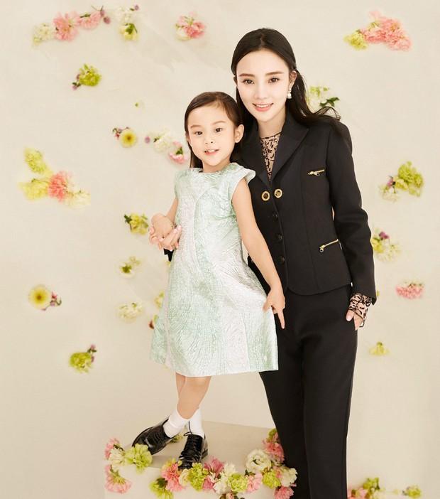 Lý Tiểu Lộ dẫn con gái 7 tuổi đi chơi nhưng ai cũng phải bất ngờ với chiều cao và vóc dáng thiếu nữ của Điềm Hinh - Ảnh 3.