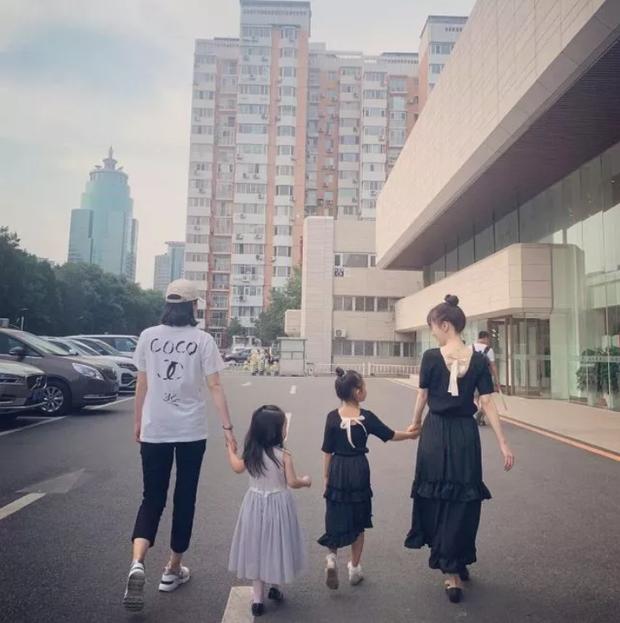 Lý Tiểu Lộ dẫn con gái 7 tuổi đi chơi nhưng ai cũng phải bất ngờ với chiều cao và vóc dáng thiếu nữ của Điềm Hinh - Ảnh 1.