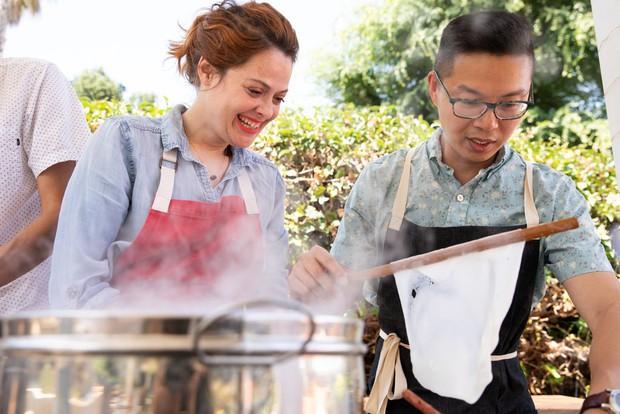 Nghệ thuật bánh cuốn Việt Nam nơi đất Mỹ: nét tinh tế ẩm thực Việt được ngợi khen trên New York Times - Ảnh 2.