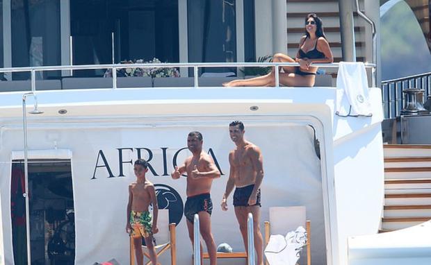 Cha con Ronaldo khoe thân hình một chín một mười, cô bạn gái nóng bỏng của CR7 cũng chẳng chịu kém cạnh - Ảnh 2.