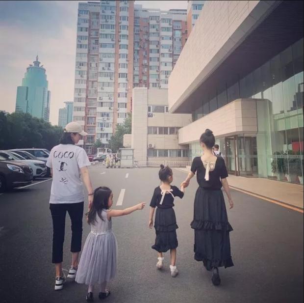 Lý Tiểu Lộ dẫn con gái 7 tuổi đi chơi nhưng ai cũng phải bất ngờ với chiều cao và vóc dáng thiếu nữ của Điềm Hinh - Ảnh 2.