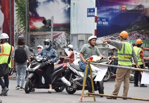 Đường Trần Hưng Đạo bị rào chắn để thi công nhà ga, dân văn phòng chui dây tìm lối thoát - Ảnh 16.