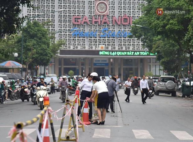Đường Trần Hưng Đạo bị rào chắn để thi công nhà ga, dân văn phòng chui dây tìm lối thoát - Ảnh 14.