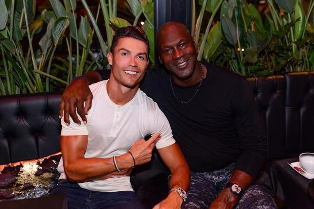 Cha con Ronaldo khoe thân hình một chín một mười, cô bạn gái nóng bỏng của CR7 cũng chẳng chịu kém cạnh - Ảnh 7.