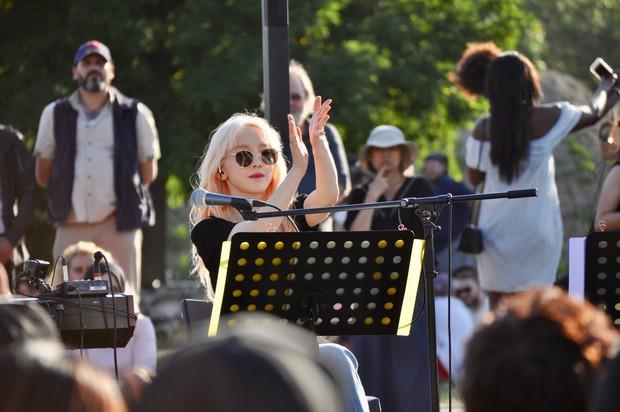 Cover hit của Adele và Billie Eilish nhưng nhan sắc đỉnh cao như gái Tây của Taeyeon lại gây chú ý hơn cả - Ảnh 6.