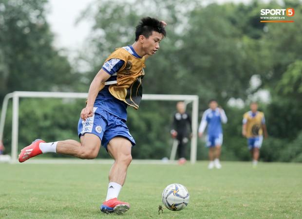 Bùi Tiến Dũng dính đòn hài hước, cầu thủ trẻ Hà Nội FC lấy ve sầu trêu đồng đội trước trận quyết đấu tại AFC Cup - Ảnh 7.