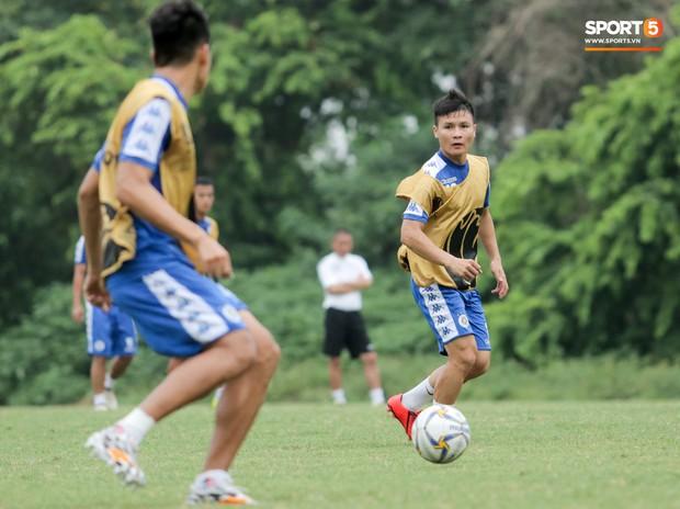 Bùi Tiến Dũng dính đòn hài hước, cầu thủ trẻ Hà Nội FC lấy ve sầu trêu đồng đội trước trận quyết đấu tại AFC Cup - Ảnh 8.