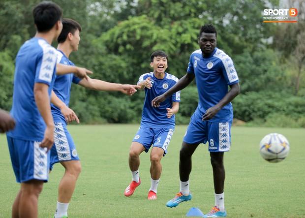 Bùi Tiến Dũng dính đòn hài hước, cầu thủ trẻ Hà Nội FC lấy ve sầu trêu đồng đội trước trận quyết đấu tại AFC Cup - Ảnh 3.