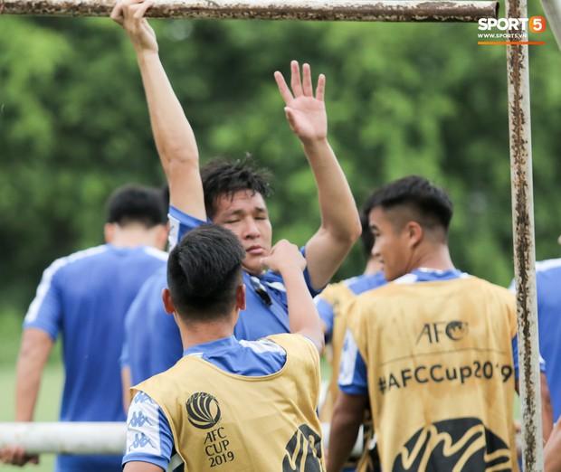Bùi Tiến Dũng dính đòn hài hước, cầu thủ trẻ Hà Nội FC lấy ve sầu trêu đồng đội trước trận quyết đấu tại AFC Cup - Ảnh 4.