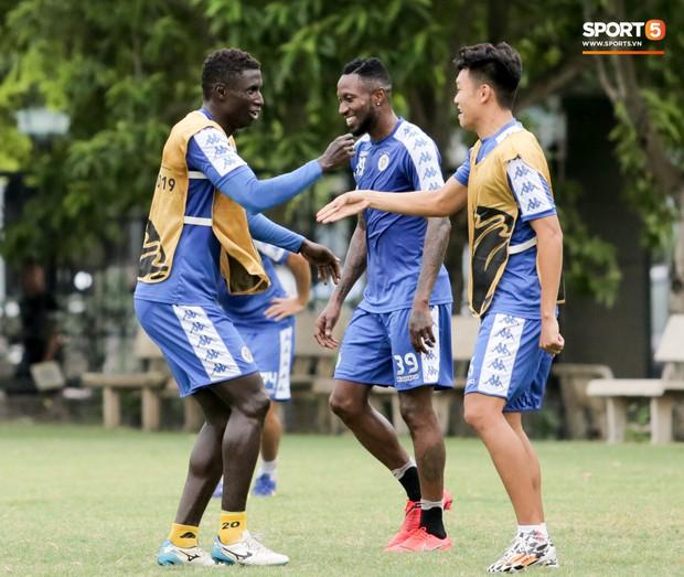 Bùi Tiến Dũng dính đòn hài hước, cầu thủ trẻ Hà Nội FC lấy ve sầu trêu đồng đội trước trận quyết đấu tại AFC Cup - Ảnh 5.