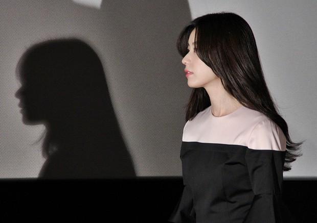 Lạ đời sao Hàn gây sốt vì... cái bóng quá đẹp: Người khoe body và góc mặt siêu phẩm, kẻ bị cả bóng lấn át - Ảnh 4.