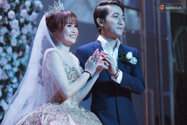Cưới được vợ xinh, Cris Phan còn khiến dân tình ăn bánh gato đã đời với câu nói: Việt Nam 95 triệu người, anh tìm được em là một kỳ tích - Ảnh 3.